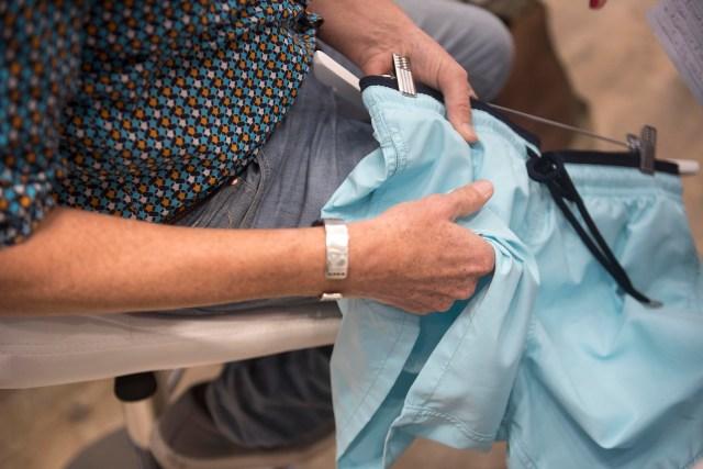 Roland Herlory explicando los detalles de calidad que tienen sus trajes de baño (Guille Llamos)