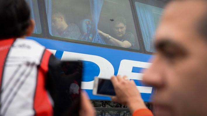 Los futbolistas arribaron al país pasado el mediodía (Julieta Ferrario)