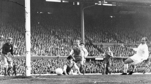 Alfredo Di Stéfano marca el primer gol del Real Madrid en la final de la copa de Europa en 1960. Luego, sería entrenador del club español.