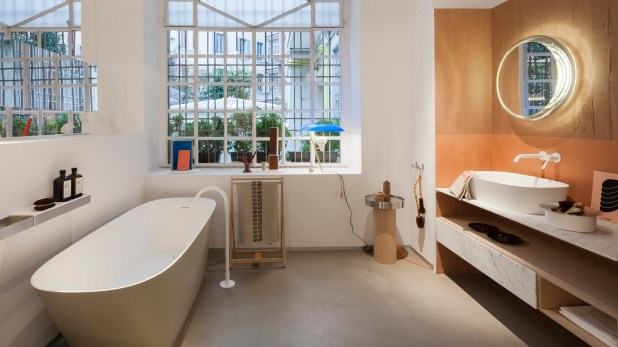 En el local insignia de la firma Agape en Milán se encuentra este baño que incorpora los colores óxidos y naranjas, que remiten al calor de hogar