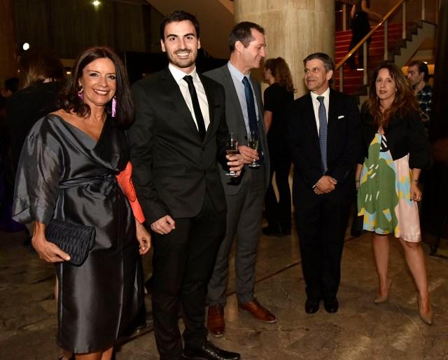 Carolina Barros y Martín Francos (Corporación América), Tony Dufays (Keolis), y el ministro de Desarrollo Urbano y Transporte porteño, Franco Moccia, junto a su mujer
