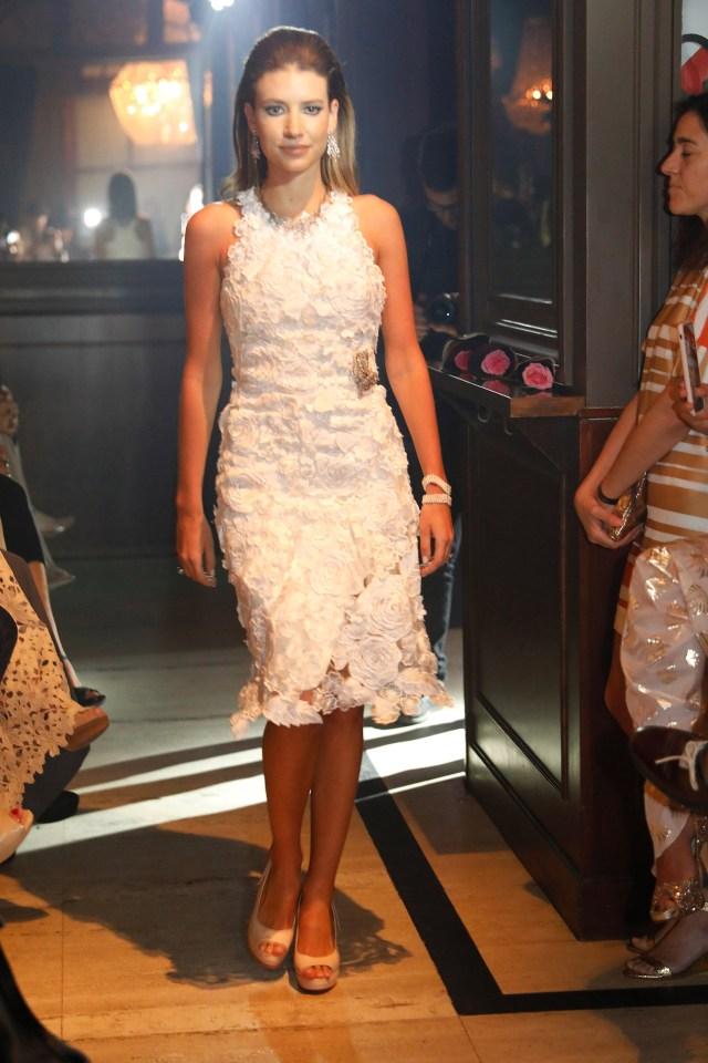 Angie Landaburu, desfilando uno de los diseños de Adrián Brown (Fotos: Chule Valerga / Teleshow)