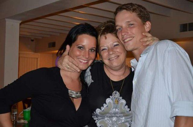 Sandra Rzucek junto a su hija Shannan y su hijo Frankie
