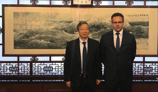 Gang Yi y Guido Sandleris se entrevistaron en la capital china.