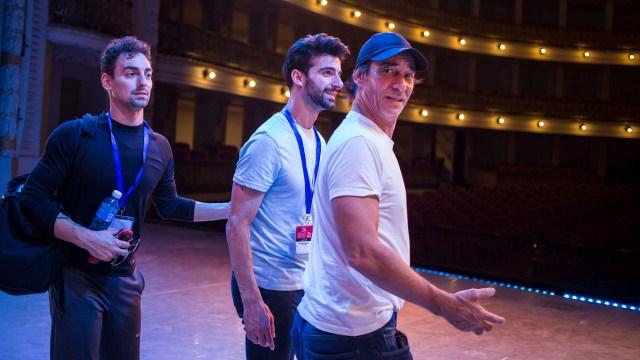 Daniel Sarabia, izquierda, Rolando Sarabia, centro, y su padre, bailarín retirado, Rolando Sarabia, visitan el gran teatro de la Habana, Cuba (AP Photo/Desmond Boylan)