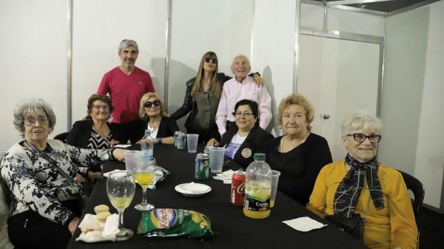 Julio Aro, la directora editorial de Infobae junto a las madres y padres de Malvinas: Ugalde, Hornos, Massad, Bordón, Echave y Araujo (Lihueel Althabe)