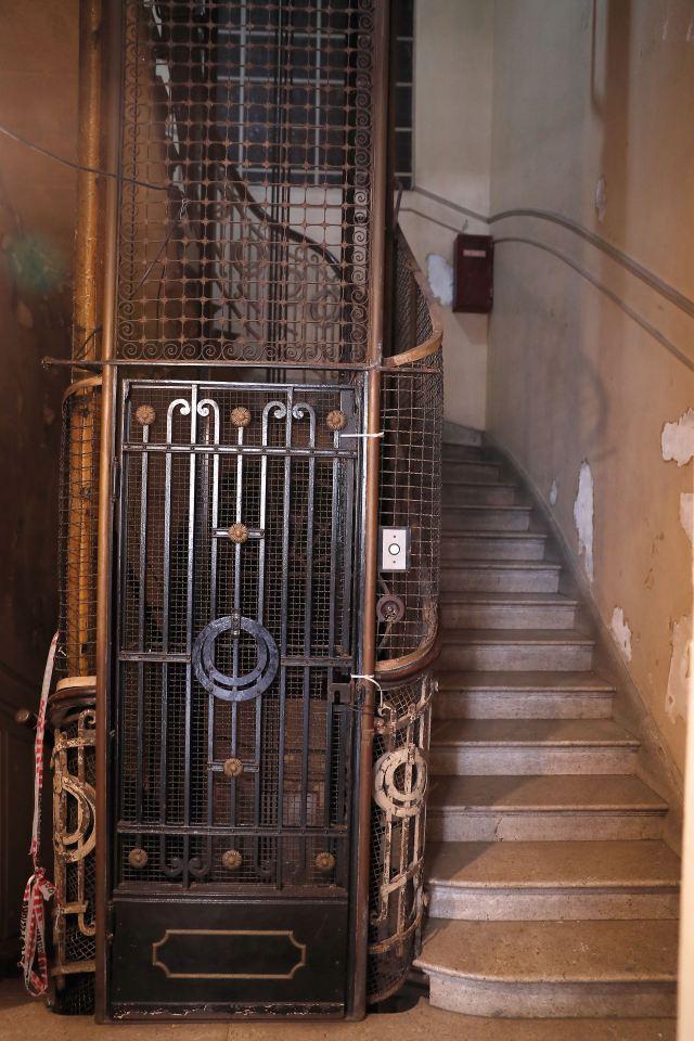 Desde los espacios del 1900 y los primeros ascensores de Buenos Aires hasta las últimas reformas de los '90 con teléfonos públicos incluidos. La Confitería Del Molino es historia viva.