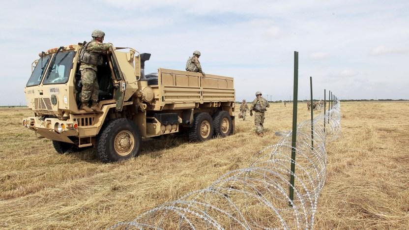 Soldados del ejército de los Estados Unidos de ft. Riley, Kansas, colocaron cerca de alambre de navaja para un campamento para ser utilizado por los militares cerca de la frontera con México en Donna, Texas (REUTERS/Delcia Lopez)