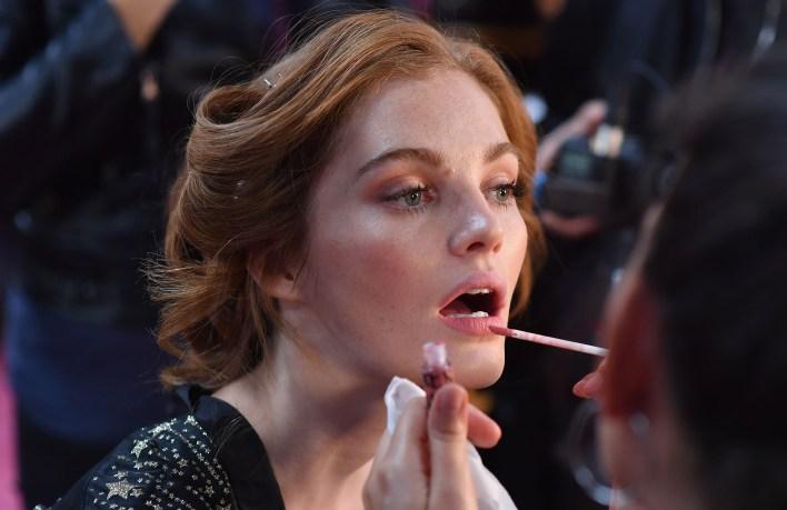Maquillaje suave en tonos nude para la pasada (Angela Weiss / AFP)