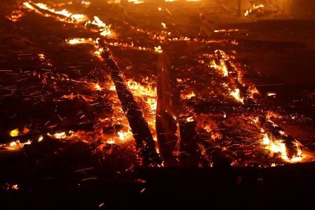 Aunque se desconoce el origen del fuego, el viento hizo muy difícil su contención. (REUTERS/Stephen Lam)