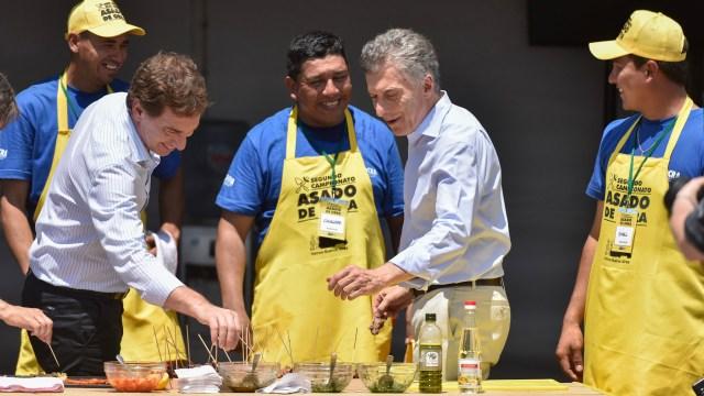 Diego Santilli y Mauricio Macri, en el campeonato de Asado de Obra (Foto: Adrián Escándar)