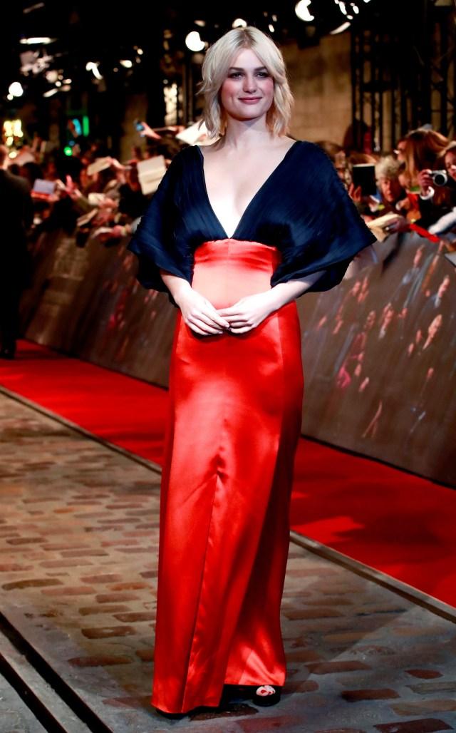 Alison Sudol con un vestido de líneas simples en azul y colorado