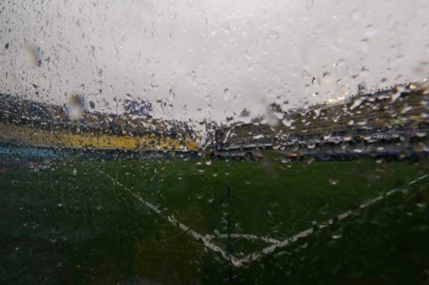 La lluvia impidió ayer el comienzo de la Superfinal de la Copa Libertadores que Boca y River debían disputar en la Bombonera Buenos Aires (AP)