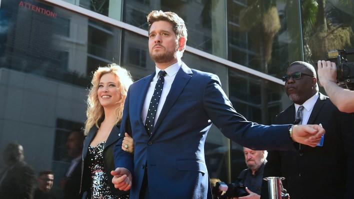 Michael Buble camina por el Paseo de la fama de Hollywood con Luisana Lopilato (Frederic J. BROWN / AFP)