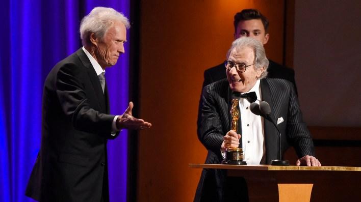 El compositor Lalo Schifrin, a la derecha, acepta su Oscar honorario del actor-cineasta Clint Eastwood (Chris Pizzello/Invision/AP)