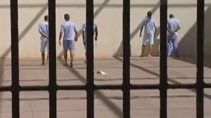 Los presos en uno de los patios internos de la cárcel