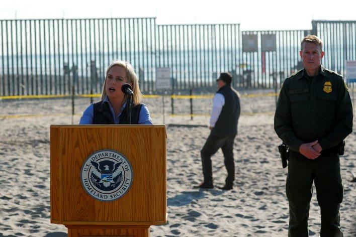 La Secretaria de Seguridad Nacional Kirstjen M. Nielsen en la frontera con México en San Diego, California (REUTERS/Mike Blake)