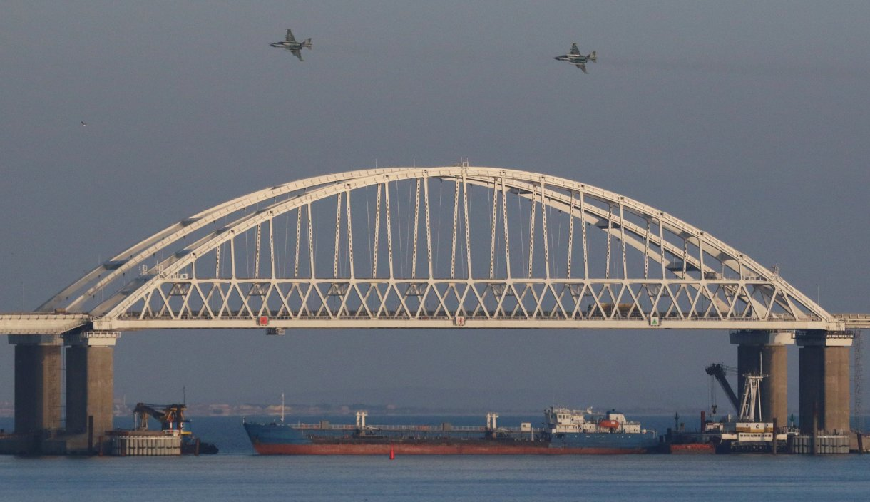 Aviones de combate rusos vuelan sobre el puente que conecta la península de Crimea con Rusia después que las fuerzas rusas prohibieran el ingreso de navios ucranianos en el Mar de Azov por el estrecho de Kerch (REUTERS/Pavel Rebrov)