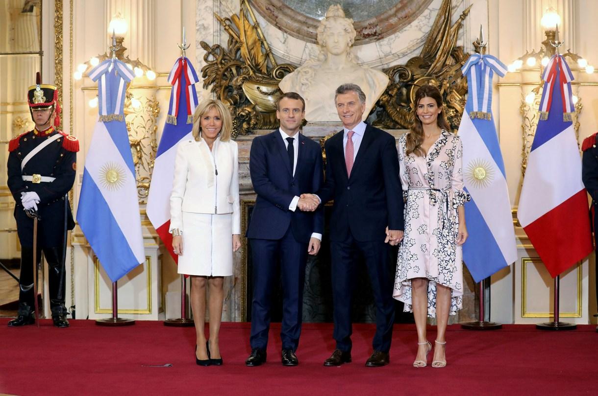 El presidente de Francia Emmanuel Macron y su esposa Brigitte Macron junto al presidente argentino Mauricio Macri y su esposa Juliana Awada (AFP)