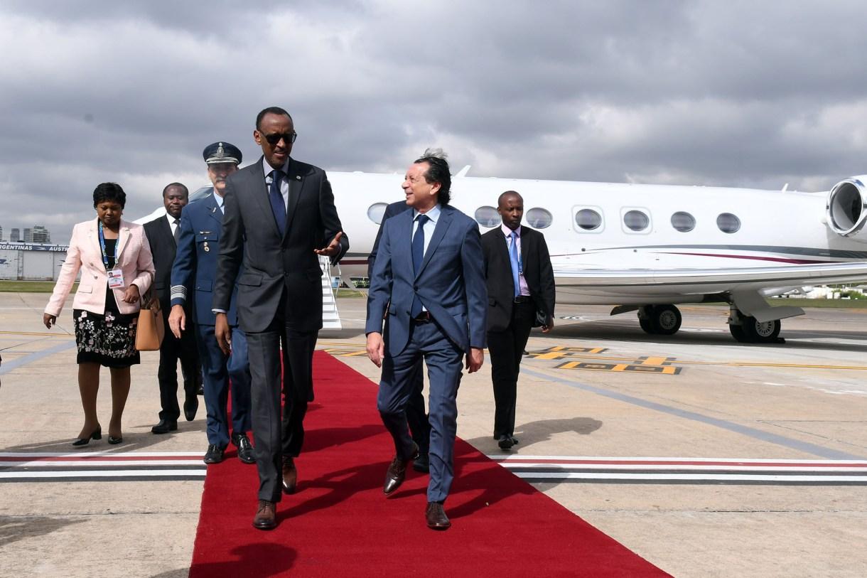 El presidente de Ruanda Paul Kagame es recibido por el ministro de Producción y Trabajo Dante Sica(AFP)
