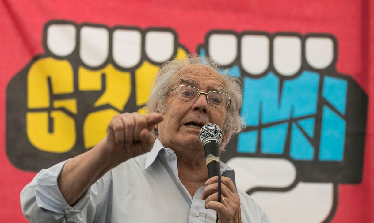 El premio Nobel de la Paz Adolfo Perez Esquivel habló durante la protesta contra el G20 frente al Congreso (AFP)