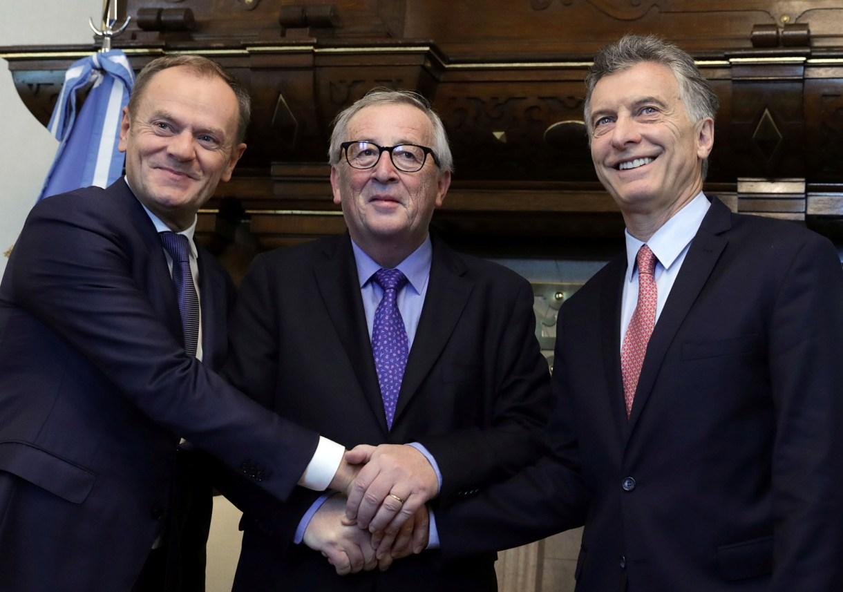 El presidente del European Council Donald Tusk junto al presidente de la European Commission Jean-Claude Juncker y al presidente argentino Mauricio Macri