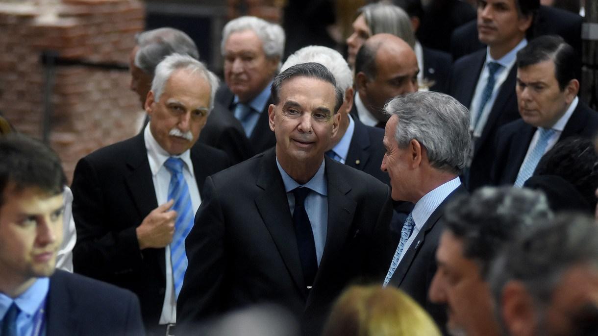 El senador Miguel Ángel Pichetto habla con Andrés Ibarra, vicejefe de Gabinete; detrás el gobernador Gerardo Zamora