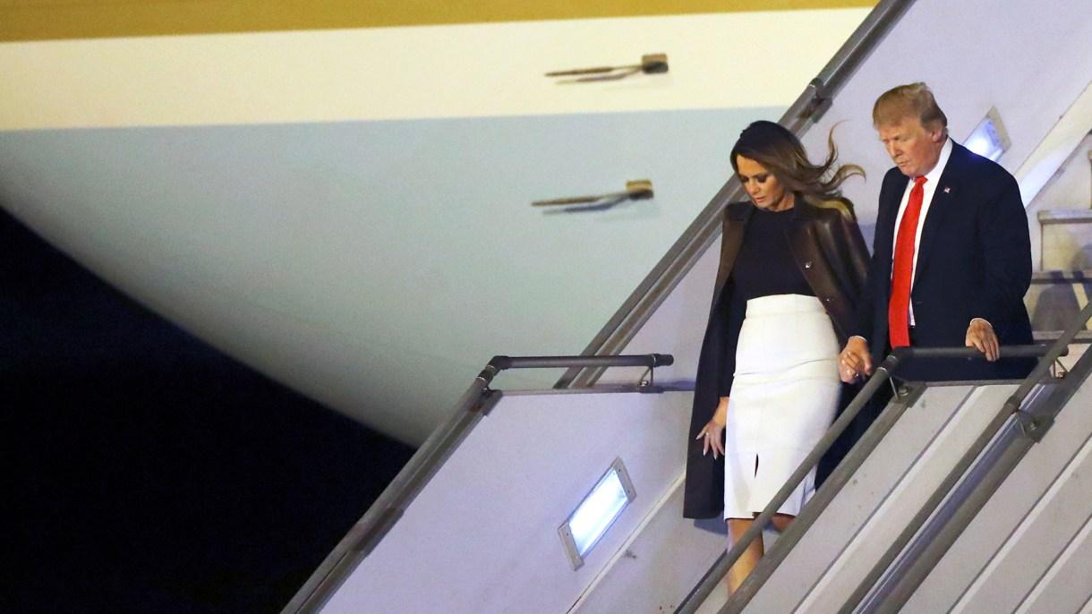 Melania y Donald Trump bajando del Air Force en el aeropuerto de Ezeiza el viernes 29(Reuters)
