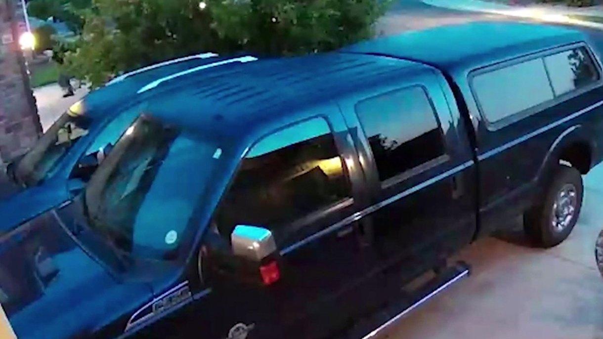 La cámara de seguridad del vecino muestra a Chris Watts en el momento en que carga los cuerpos de Shannan y de Celeste y Bella