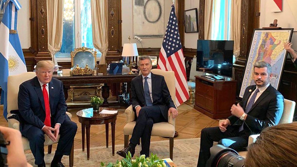 Donald Trump, Mauricio Macri y Marcos, juntos Peña durante la reunión bilateral que esta mañana se realizó en Casa Rosada (@marquitospena)