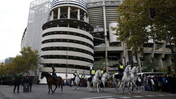 Policías en las inmediaciones del Santiago Bernabéu (AFP)
