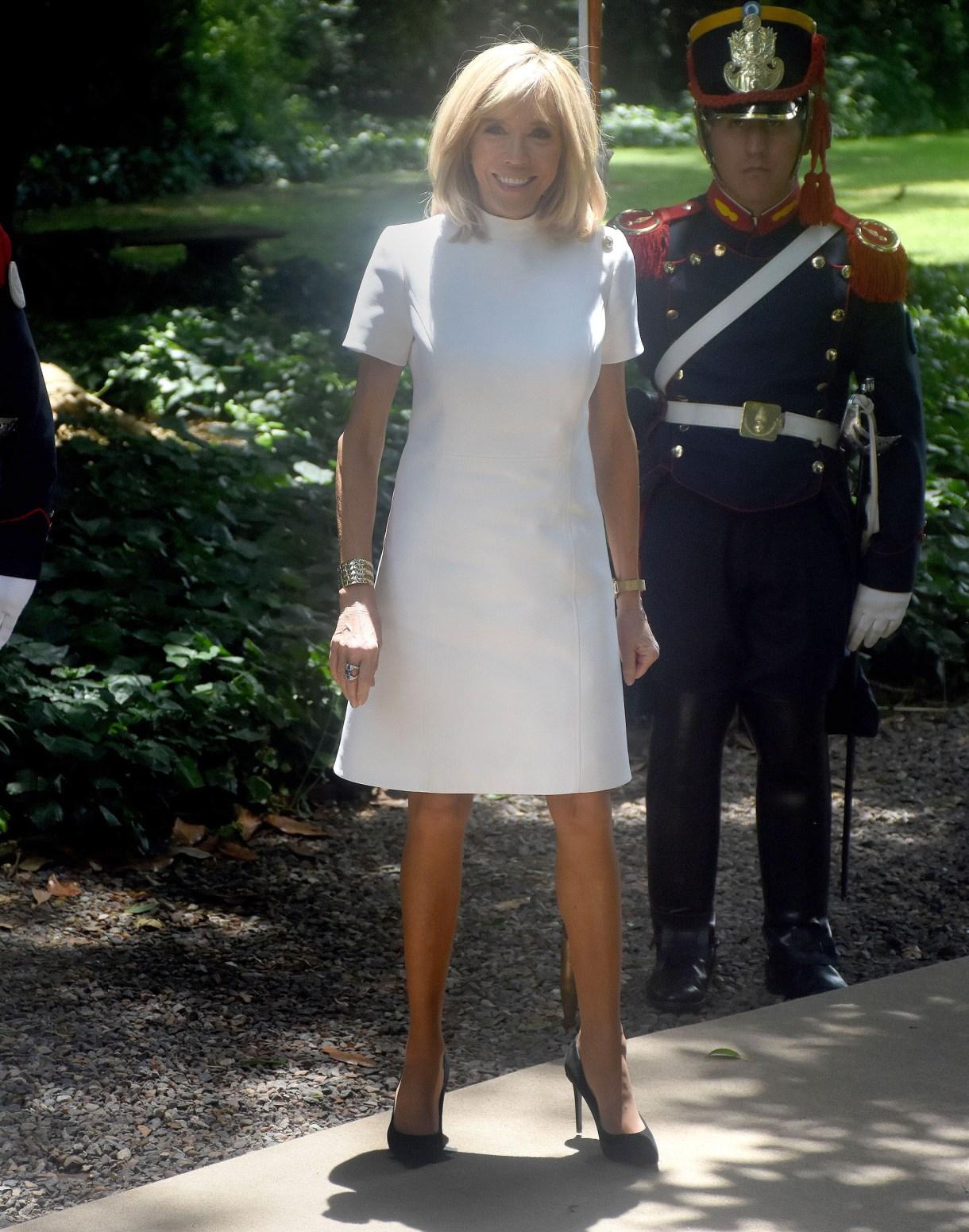 Brigitte Macron en el almuerzo en Villa Ocampo con vestido blanco y zapatos negros (Nicolás Stulberg)