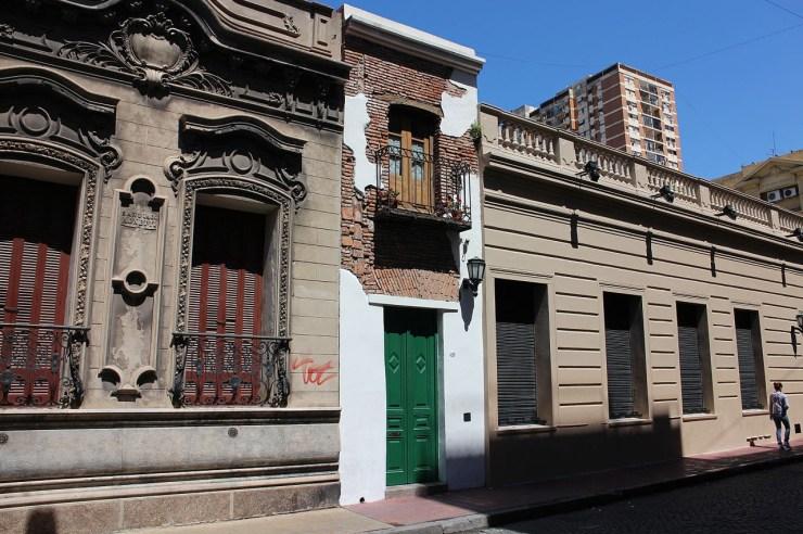 """La """"Casa Mínima"""": una fachada angosta capaz de albergar una puerta de dos hojas, un balcón a barrotes y un farolito"""
