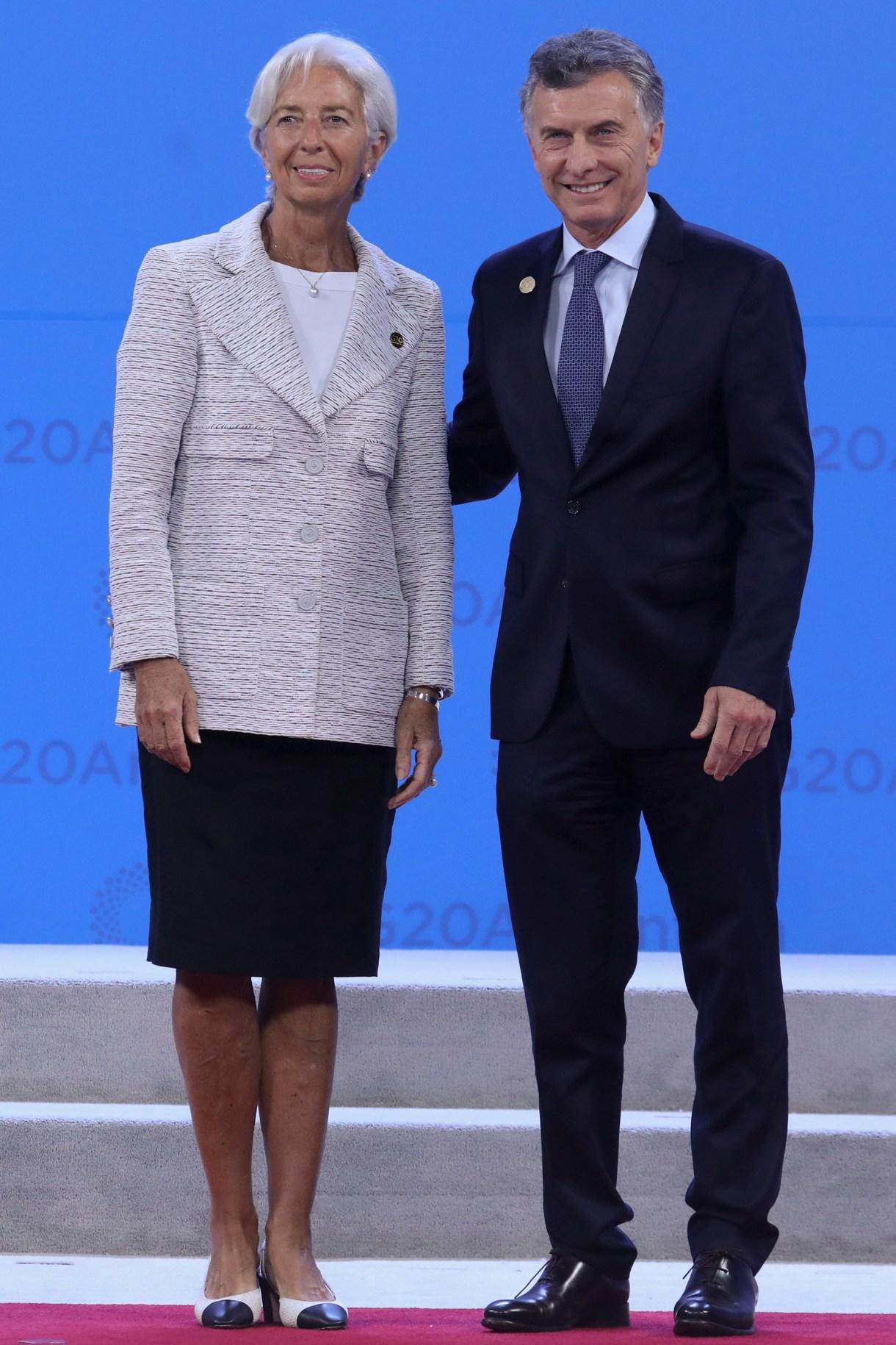 Christine Lagarde, presidente del Fondo Monetario Internacional junto a Mauricio Macri en la presentación oficial de los participantes del G20 (Photo by Ludovic MARIN / AFP)