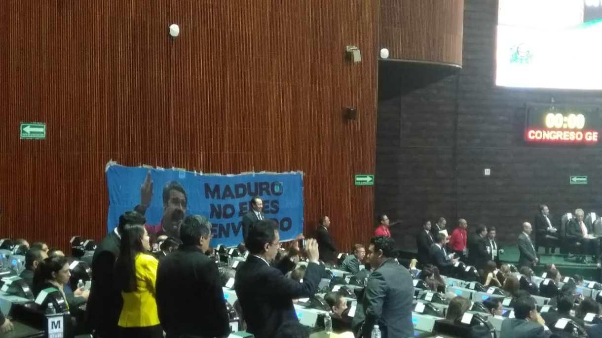 En el pleno de la Cámara de Diputados, integrantes de la bancada del PAN colocaron una manta en contra de Nicolás Maduro (foto: Infobae)
