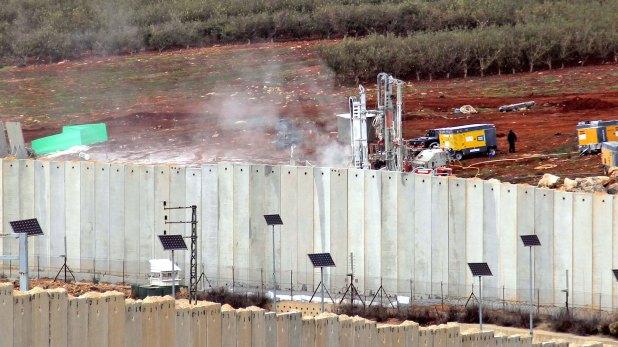 Las maquinarias israelíes en pleno trabajo de deconstrucción de los túneles de Hezbollah(AFP)