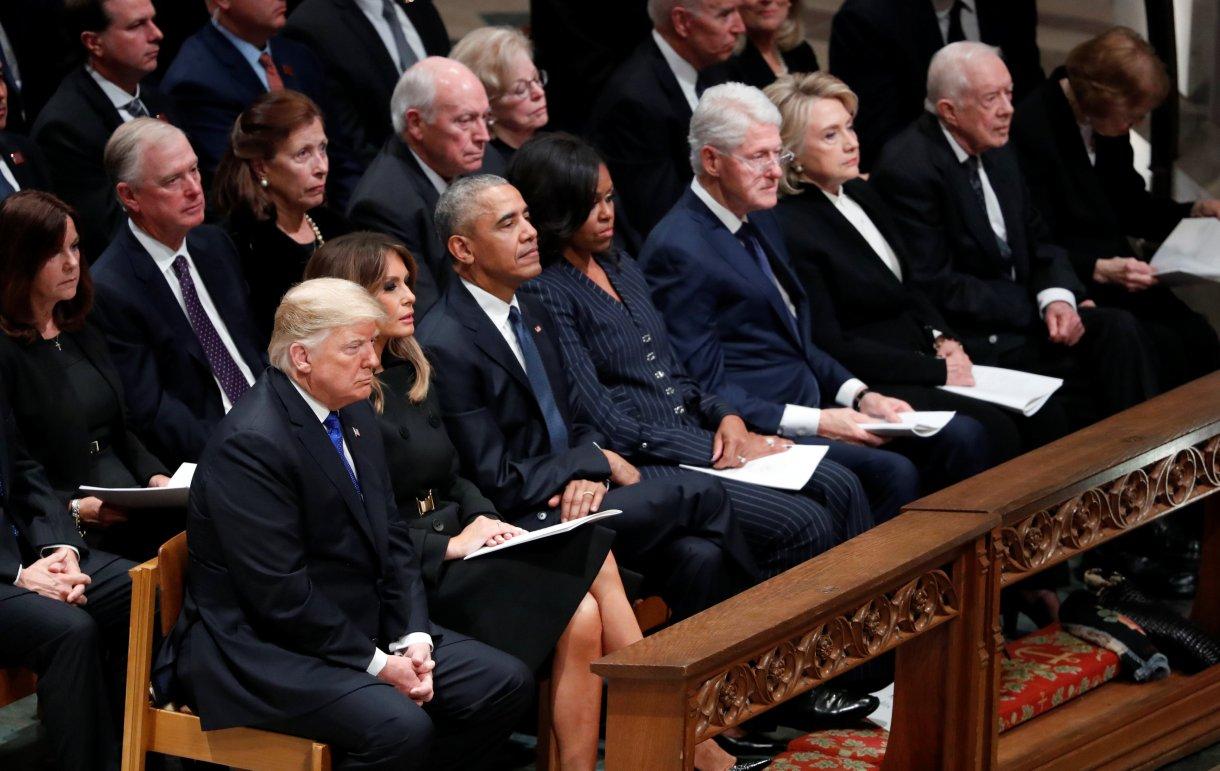 El presidente Donald Trump con la primera dama Melania Trump, el ex presidente Barack Obama, la ex primera dama Michelle Obama, el ex presidente Bill Clinton y la ex primera dama Hillary Clinton, el ex presidente Jimmy Carter y la primera dama Rosalynn Carter (Reuters)