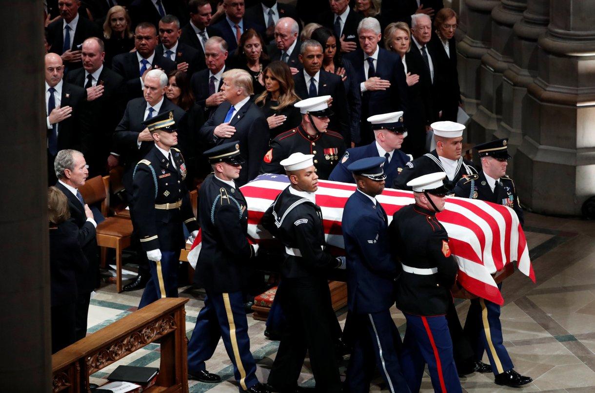 El ataúd envuelto en una bandera del ex presidente de los Estados Unidos George H.W. Bush (Reuters)
