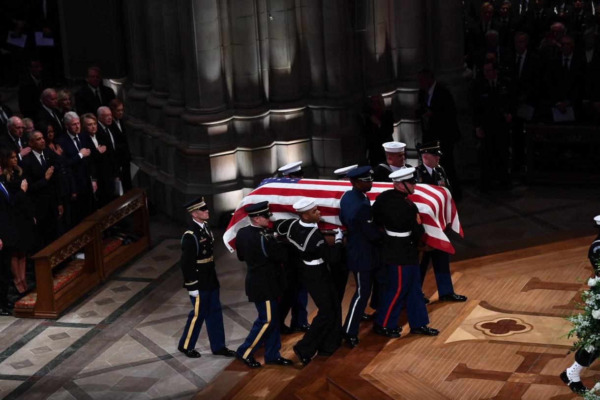 Los portadores del féretro del ex presidente de los Estados Unidos George H. W. Bush en la Catedral Nacional de Washington, DC, el 5 de diciembre de 2018. (AFP)