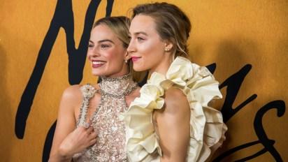 Margot Robbie y Saoirse Ronan, divertidas en la red carpet
