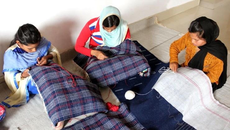 Para la producción de la colección Garden Layers, Gandia Blasco realizó un acuerdo con cooperativas locales en comunidades de la India, donde mujeres y hombres forman parte, a través de sus telares, de la creación y producción