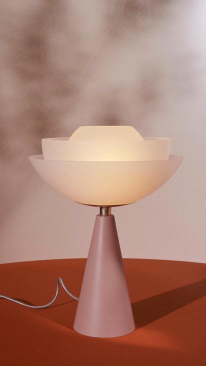 Lámpara Lotus, realizada por Confalonieri para Mason Editions. El soporte es un cono de aluminio recubierto en esmalte