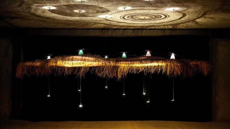 El proyecto Pet Lamp utiliza el descarte de botellas de plástico Pet que, atravesadas por las técnicas tradicionales de tejidos indígenas, se transforman en pantallas únicas y hechas a mano. En esta edición de Milán Design Week se presentó en Spazio Ro, la galería Rosana Orlandi