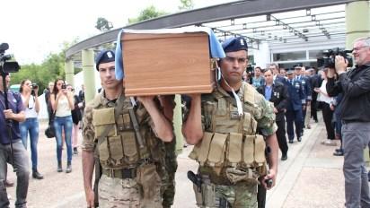 Los soldados del GOE llevan el féretro hasta el crematorio (Thomas Khazki)