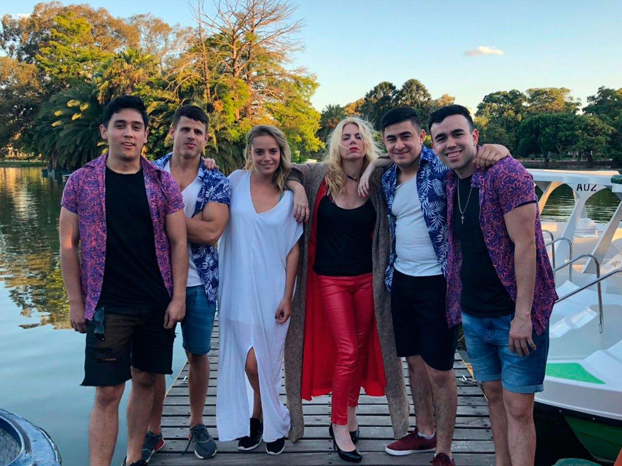Fin de rodaje: Esmeralda rodeada por la banda liderada por Sabrina Fogolini, y compuesta por Nico Sanmarti, Enzo Iervasi, Brian Toledo y Agustín Benavides.