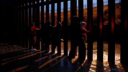 Los migrantes esperan, sin resultados, burlar la vigilancia fronteriza (Foto: Reuters)