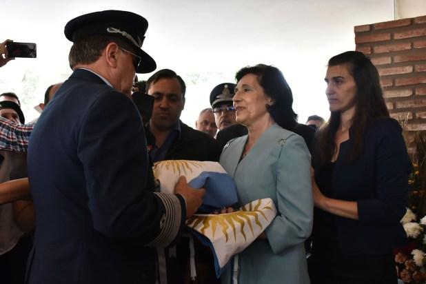 La viuda y su hija Roxana reciben la bandera que cubrió el féretro de Luis Castagnari (Fuerza AéreaRio Cuarto)