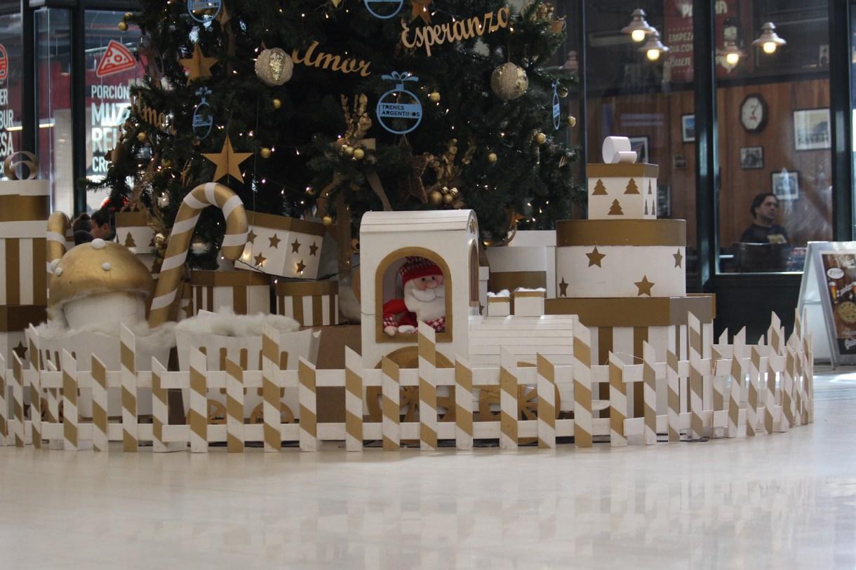 La plaza navideña que está a los pies del árbol de cada estación
