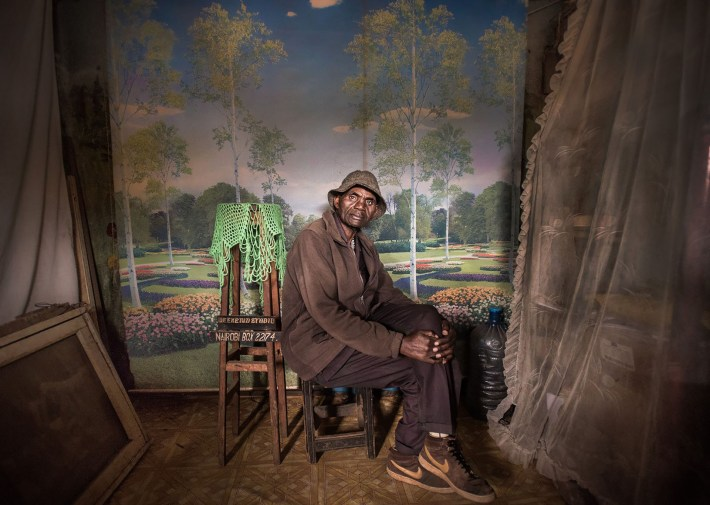 El fotógrafo David Muyochokera en su estudio en Nairobi, Kenya