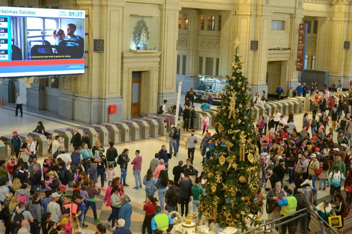 El árbol de la estación Constitución con cientos de personas alrededor tomándose una foto